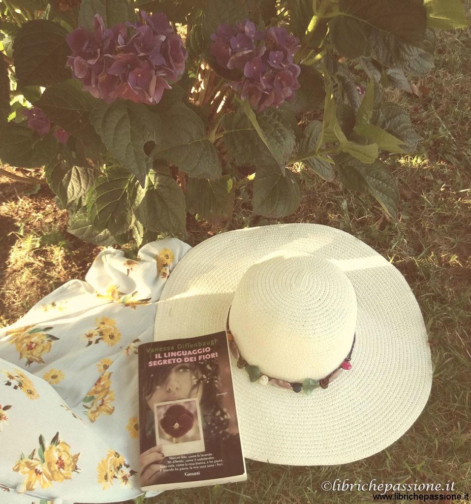 """foto con il libro """"il linguaggio segreto dei fiori"""" Recensione a cura di librichepassione.it"""