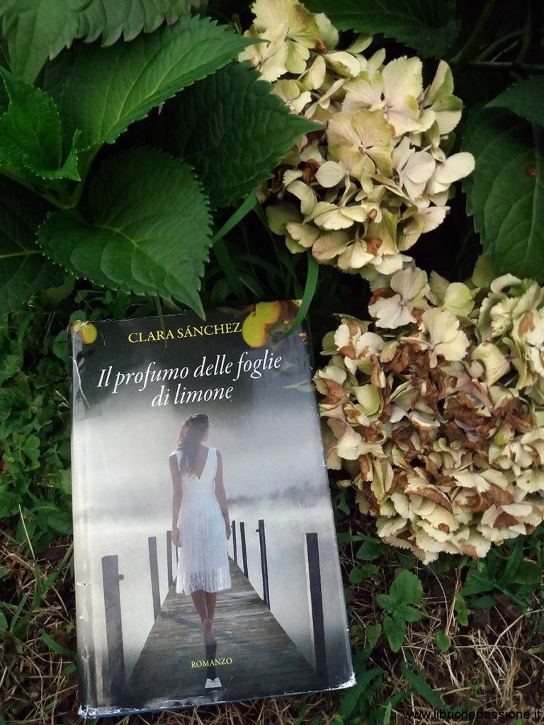 """copertina del romanzo: """"Il profumo delle foglie di limone"""" di Clara Sanchez, recensione di www.librichepassione.it"""