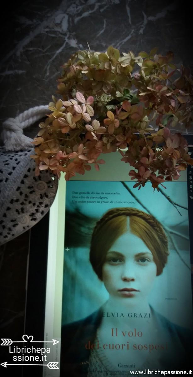 """copertina del libro """"Il volo dei cuori sospesi"""""""