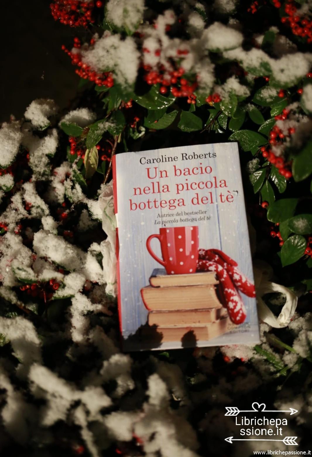 """Recensione del romanzo di Caroline Roberts: """"Un bacio nella piccola bottega del tè""""."""