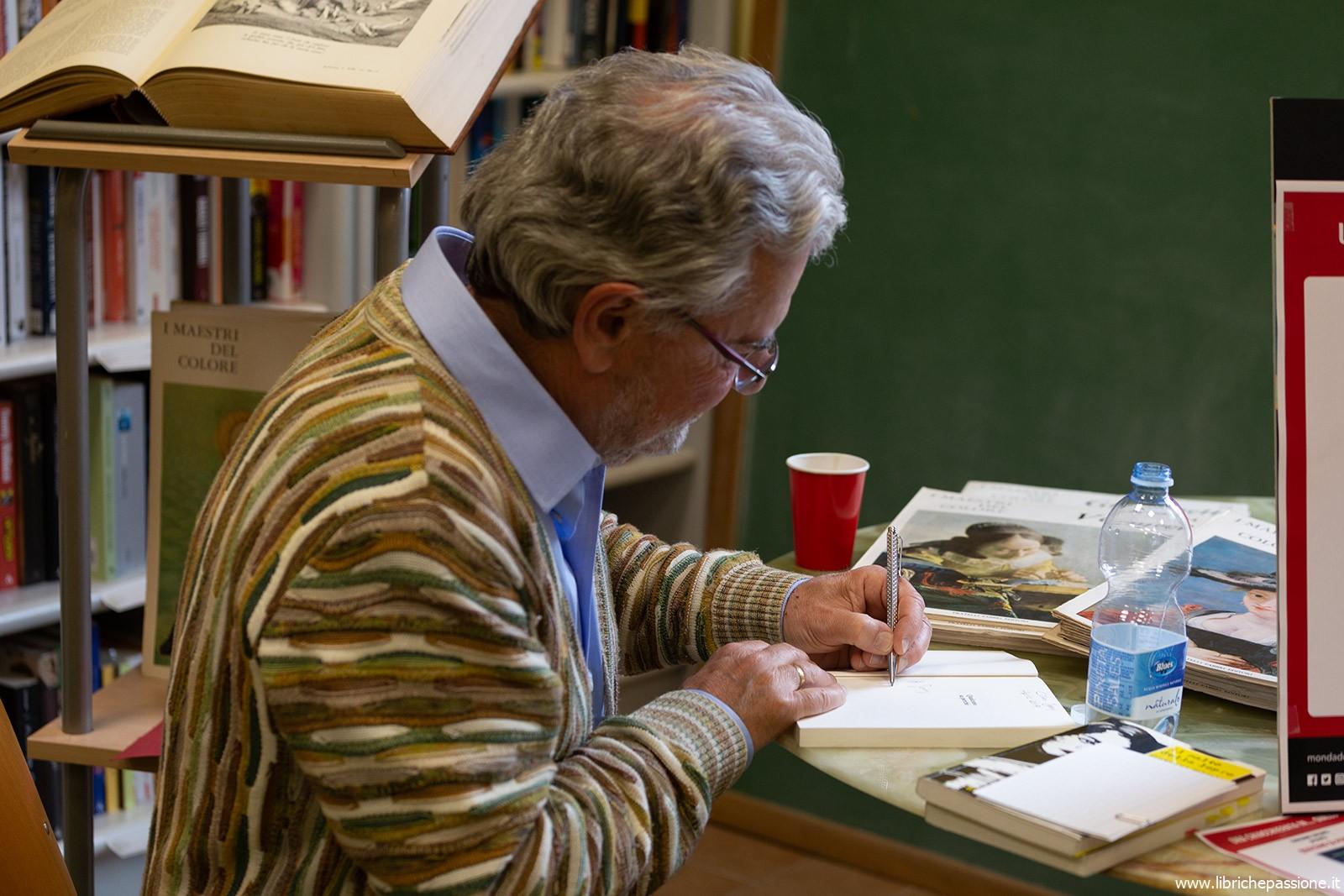 """Presentazione del romanzo """"Qualcuno sa perchè"""" di Giovanni Soldati presso Mondadori Book Store di Luino"""