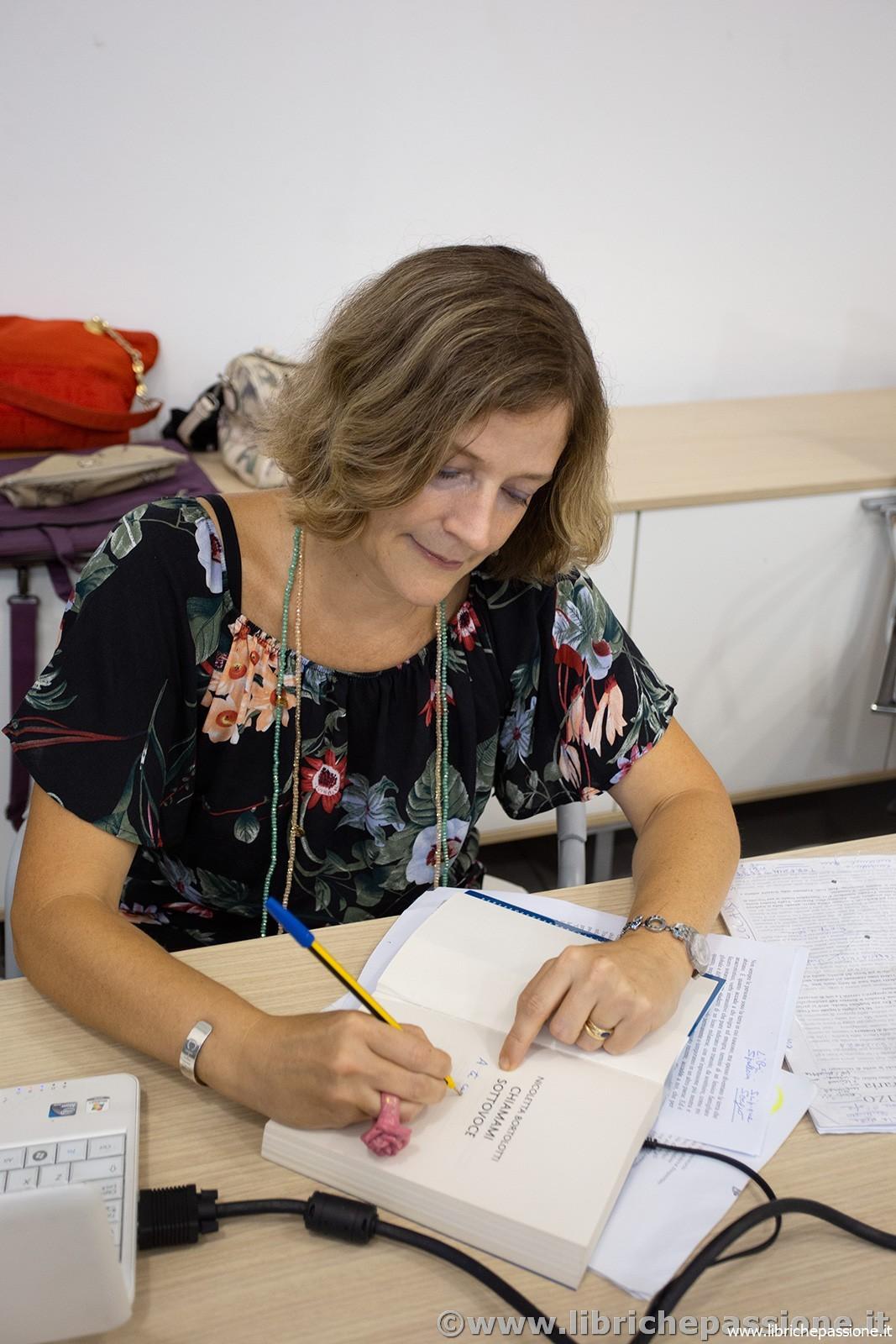 """Presentazione del romanzo di Nicoletta Bortolotti """"Chiamami sottovoce"""" edito da HarperCollins.  Organizzata dal PonteMagico :manifestazione artistica culturale del Comune di Lavena Ponte Tresa."""