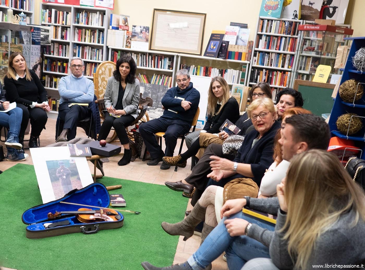 """Primo incontro di lettura del """"Book club di Luino"""" presso la libreria Mondadori Bookstore."""